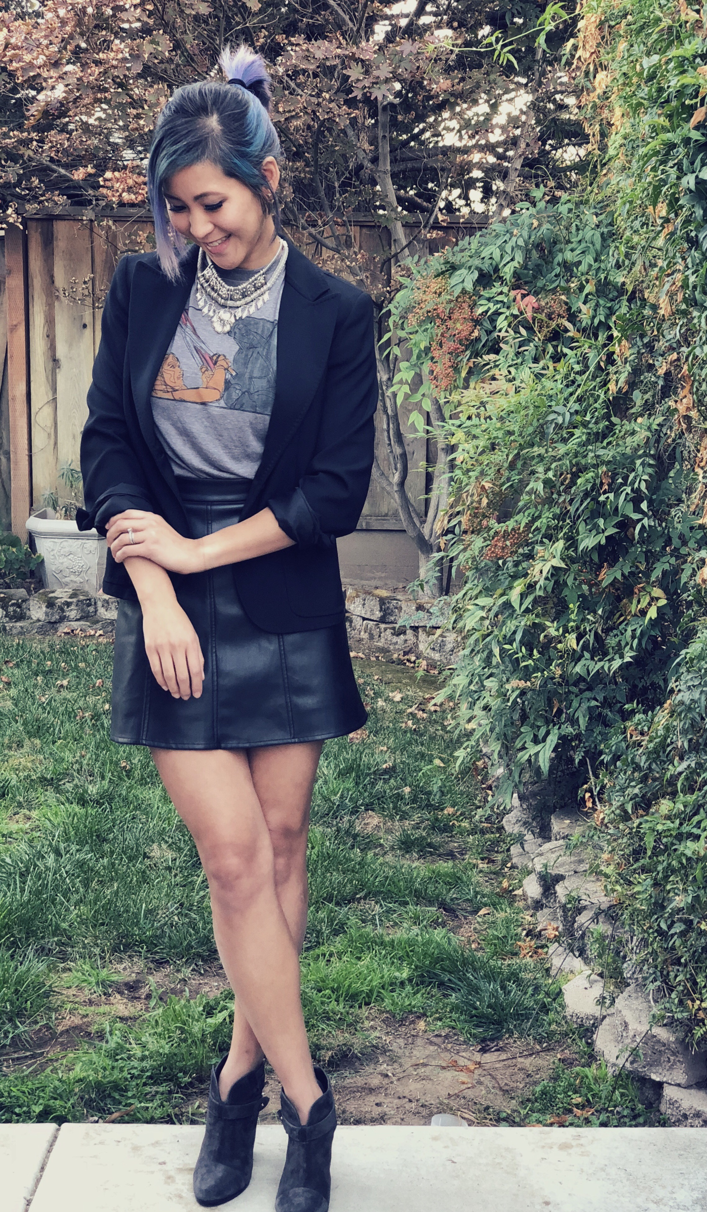 How to wear graphic tee and blazer outfit